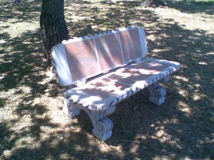 ART. PA-03 panchina con spalliera eff. pietra