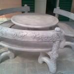 ART. TA-02+PA-02 tavolo rotondo edera con 3 panche curve con spalliera edera