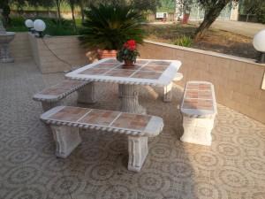 tavolo-quadrato-con-panche-rette